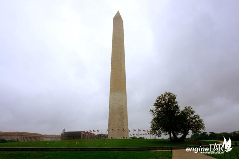 Perhatikan perbedaan warna pada monumen.